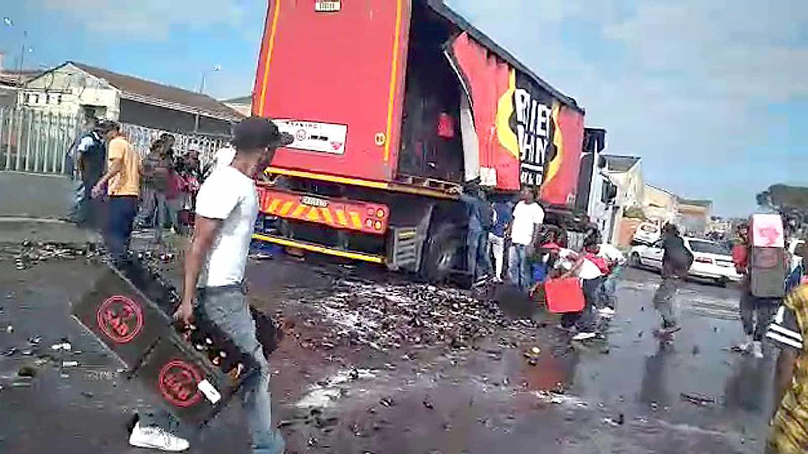 WATCH: Frenzy as beer truck loses load in Mitchells Plain