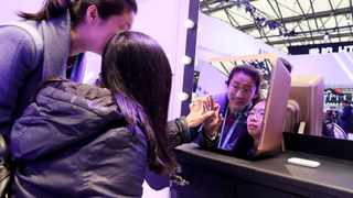 (180308) -- SHANGHAI, March 8, 2018 (Xinhua) -- Two visitors try a smart cosmetics fridge during the Appliance & Electronics World Expo 2018 (AWE2018) at Shanghai New International Expo Centre in east China's Shanghai, March 8, 2018. The AWE2018 opened here Thursday with over 800 global exhibitors showcasing the latest techs and gadgets in home appliance, consumer electronics, smart hardware, artificial intelligence, internet technology and other fields. (Xinhua/Fang Zhe) (lmm)