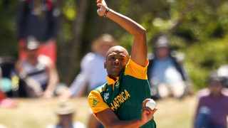 CHRISTCHURCH, NEW ZEALAND - FEBRUARY 11: Vernon Philander of South Africa bowls during the ICC Cricket World Cup match between South Africa and New Zealand at Hagley Park on February 11, 2015 in Christchurch, New Zealand. (Photo by Martin Hunter/Getty Images)