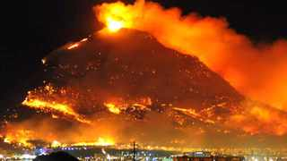 Cape Town. 090318. A dramatic view of the raging fire on Table Mountain last night from Century City. Picture Ian landsberg