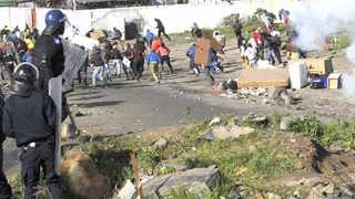 Cape Town 140822- Marikana residents throwing stones to the police. Picture Cindy waxa.Reporter Argus