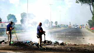 Hazel Geduld says that they have decided to protest and closed the road after Bhebhetha Holdings, a private contractor with a tender from the City of Cape Town, failed to pay them on time for several months. Picture: Ayanda Ndamane African News Agency (ANA)