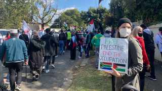 Hundreds of pro-Palestine supporters gathered outside the Zionist Federation in Johannesburg on Sunday. Pictures Simphiwe Mbokazi African News Agency (ANA)