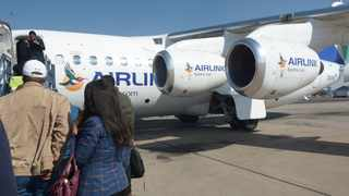 People board an Airlink plane at OR Tambo in Johannesburg. Picture: African News Agency (ANA)