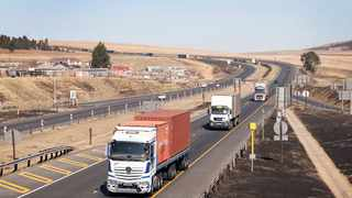 SAPS members on high alert at the Mooi River Plaza looking after the N3 road and trucks. Picture: Motshwari Mofokeng/African News Agency (ANA).
