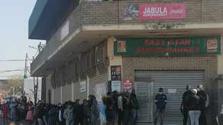 Shoppers form a very long queue Jabula Supermarket in Mayville. Picture: Nqombile Mbonambi/African News Agency (ANA)