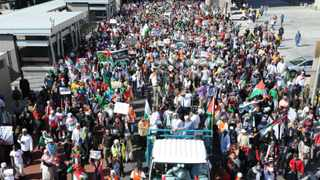 Tens of thousands of people supporting Palestine marched to Parliament in Cape Town on Saturday in one of the biggest rallies the city has seen in 20 years. Picture: Leon Lestrade/Weekend Argus
