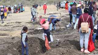 Thousands of people have gathered in KwaHlathi village outside Ladysmith after claims that 'diamonds' have been discovered in the area. Picture: Doctor Ngcobo/African News Agency(ANA)
