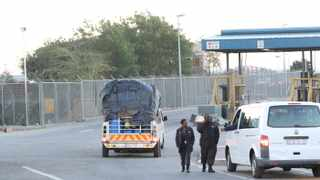Custom officials stood at the entrance of Beitbridge border post entry gate as a commuter taxi drive pass them towards the Zimbabwean border. The truck left without cargo trucks. PHOTO. ANA