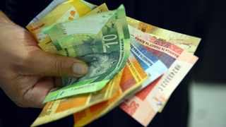 Johannesburg 23-10-18  South African currency, the Rand in a persons hand. Picture: Karen Sandison/African News Agency(ANA)