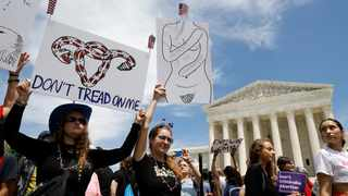 Abortion rights demonstrators hold a rally outside the U.S. Supreme Court in Washington, U.S., May 21, 2019. Photo: REUTERS/Kevin Lamarque.