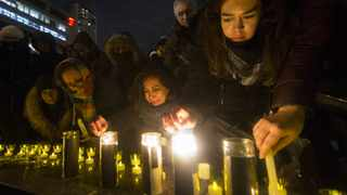 People pay their respect during a candlelight vigil to honor victims of the Ukrainian passenger plane crash at Mel Lastman Square in Toronto, Canada, Jan. 9, 2020. Sixty-three Canadians were among the 176 people killed in a Ukrainian plane crash just minutes after the plane took off from the Iranian capital's international airport, according to Canada's television network CTV Wednesday. Photo: Zou Zheng/Xinhua/IANS