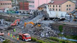 Worker remove rubble from the partially collapsed Morandi bridge in Genoa, Italy, yesterday. Italian authorities, worried about the stability of remaining large sections of the bridge, evacuated about 630 people from nearby apartments. Picture : Luca Zennaro/AP/ANSA