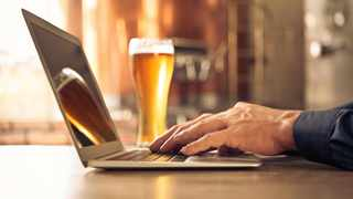 More and more people are tempted to have a drink while working from home.