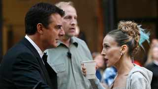 Actors Sarah Jessica Parker (R) and Chris Noth wait to film a scene on the set of 'Sex in the City:The Movie' in New York October 12, 2007. Picture: Reuters/Brendan McDermid