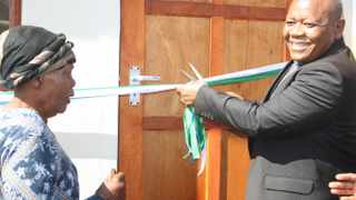 North West local government MEC Gordon Kegakilwe hands over a house to Dimakatso Digatsu in Mabalstad outside Rustenburg. Kegakilwe died of a Covid-19-related illness at a hospital in Klerksdorp on Monday. Filed photo: African News Agency (ANA)