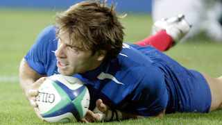 France's Christophe Dominici scores a try during their Rugby World Cup against Fiji in pool B match at Lang Park stadium in Brisbane October 10, 2003. Photo: REUTERS/Jacky Naegelen