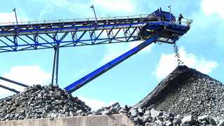 A conveyor belt carries ore extracted at Mimosa Platinum mine about 400km (249 miles) south of the capital Harare,February 16, 2012. REUTERS/Philimon Bulawayo (ZIMBABWE - Tags: BUSINESS COMMODITIES ENERGY)