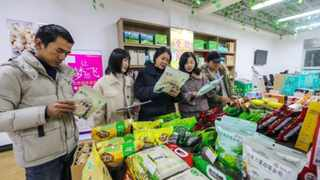Customers buy poverty relief products, such as lotus, mushrooms and rice noodle processed by local enterprises at a store in Guangchang county, Fuzhou, east China''s Jiangxi province. Picture: Zeng Henggui/People''s Daily Online