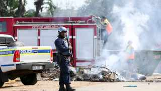 Three days of violent protests have brought the Richards Bay CBD to a standstill. On Wednesday, several routes into the northern KwaZulu-Natal town were blocked by trucks, burning tyres and debris. Picture: Leon Lestrade/African News Agency(ANA).
