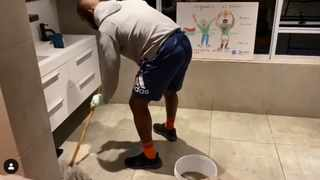 Springbok captain Siya Kolisi is doing his part when it comes to equal opportunities in household chores. Picture: @siya_kolisi_the_bear/Instagram