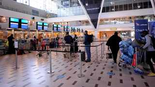 File photo: Passengers queue at the Cape Town International Airport. Picture: Ayanda Ndamane/African News Agency(ANA)