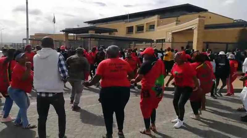 F1Uib.OvCc.1 - WATCH: EFF members arrested at Brackenfell protest released on warning