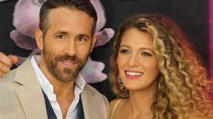 Ryan Reynolds dyes Blake Lively's hair at home