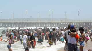Tourists cool off under a scorching sun at North beach in Durban. Picture: Bongani Mbatha/African News Agency (ANA)