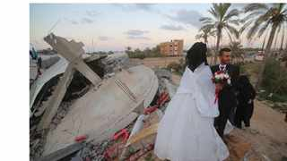 A Palestinian wedding took place above the rubbles of one of the houses that was destroyed three months ago by the Israeli warplanes. Picture: Website screenshot http://www.xinhuanet.com/