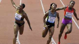 Carmelita Jeter edged the 100m at the Lausanne Diamond  League meeting on Thursday, beating Olympic champion Shelly-Ann Fraser-Pryce.