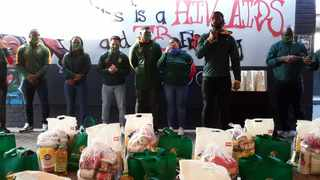 Springbok captain Siya Kolisi, Boks Herschel Jantjies, Damian Willemse, Blitzboks skipper Siviwe Soyizwapi and Springbok Women's Sevens captain Zintle Mpupha delivered food parcels and stationery packs to Gift of the Givers to distribute to learners of Peakview Secondary School in Cape Town.