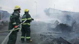 A fire has broken out on London Road in the Alexandra township, destroying several shacks in the area and leaving hundreds displaced. Picture: Nhlanhla Phillips/African News Agency/ANA