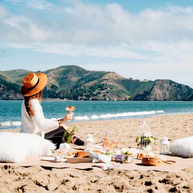 A Glamour Guide to the perfect beach picnic