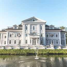 Inside A Gigantic $12.9M Waterfront Mansion That Inspired The Great Gatsby