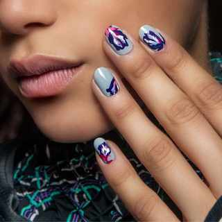TRENDING: Marble-effect nails