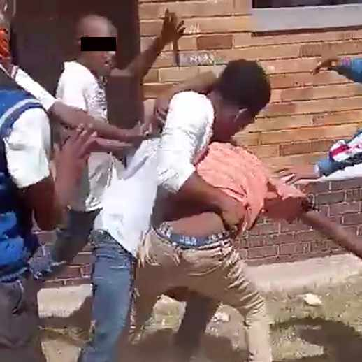 WATCH: Knife fight over entjies