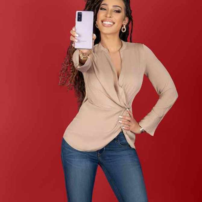Sarah Langa shares the Galaxy S20 FE (Fan Edition) keeps up with her all day